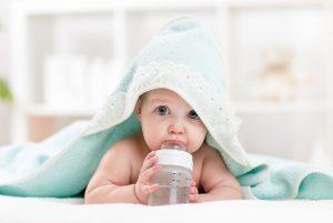 Baby trinkt;©Oksana Kuzmina/AdobeStock